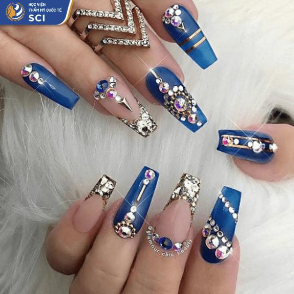 Mẫu nail đính đá kết hợp với charm khiến tổng thể trông vô cùng sang trọng - hoidapnails.com