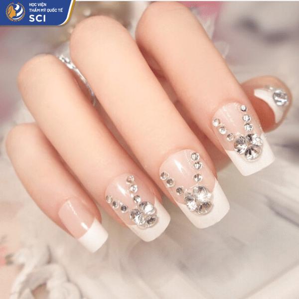 Đá trắng điểm xuyết trên bộ nail French với đầu móng trắng đặc trưng - hoidapnails.com