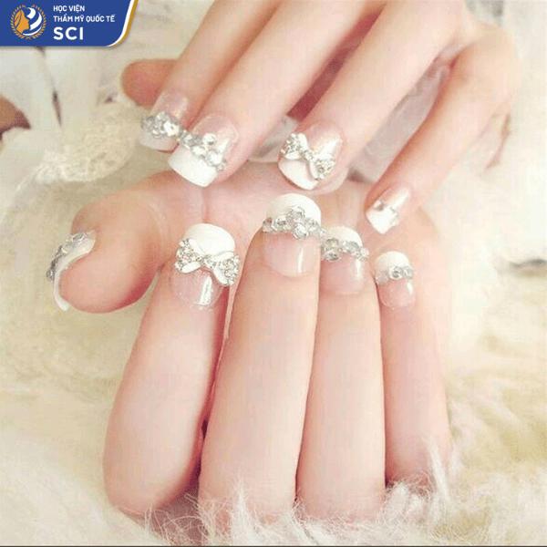 Nếu muốn bộ nail đáng yêu hơn thì có thể lựa chọn những loại charm đính đá hình nơ - hoidapnails.com