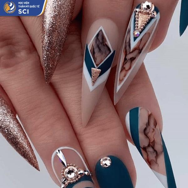 Với mẫu họa tiết, việc khéo léo điểm xuyết những viên đá sẽ giúp bộ nail ấn tượng hơn đấy - hoidapnails.com