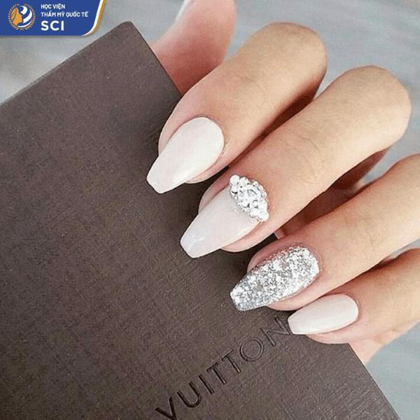 Mẫu nail màu trắng đơn giản trở nên thu hút hơn với đá bản to và sơn nhũ bạc - hoidapnails.com