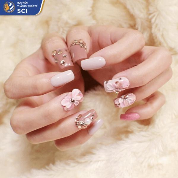 Còn gì tuyệt hơn việc kết hợp sơn gel hồng với đá vàng và hoa bột - hoidapnails.com