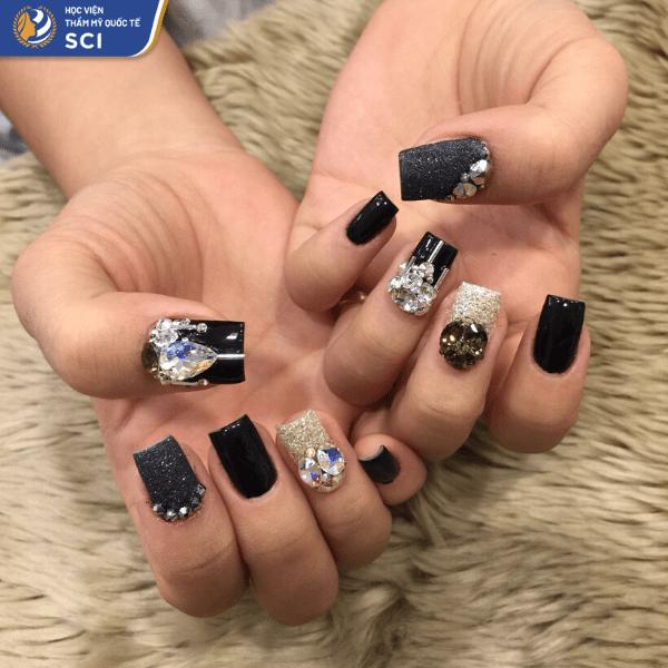 Dù bạn ở độ tuổi nào thì mẫu nail đính đá màu đen vẫn hoàn toàn phù hợp - hoidapnails.com