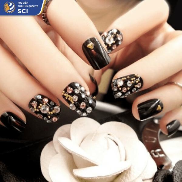 Những viên đá vàng càng làm tăng thêm vẻ lấp lánh cho bộ nail - hoidapnails.com