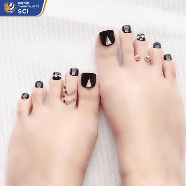 Màu đen không chỉ được ưa chuộng ở nail tay mà còn cực kỳ thu hút khi làm nail chân - hoidapnails.com