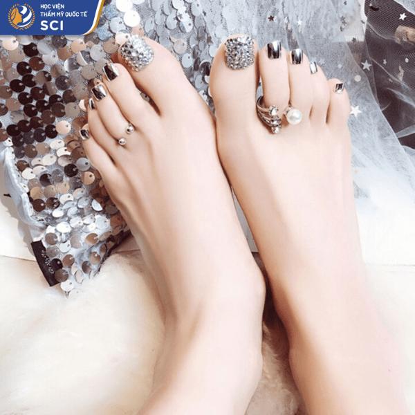 Với màu tráng gương ánh bạc, bộ nail chân của bạn đảm bảo sẽ cực kỳ ấn tượng mà không cần thêm bất cứ phụ kiện gì - hoidapnails.com