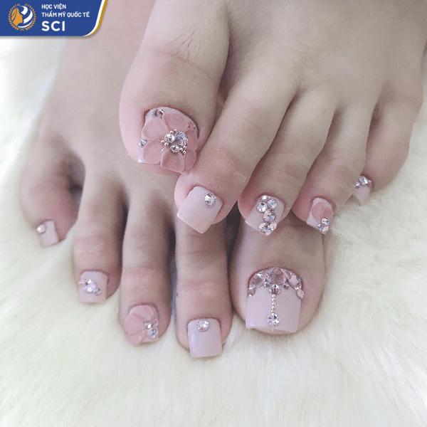 Nếu bạn muốn một bộ móng chân tone-sur-tone với móng tay màu hồng thì đây là gợi ý cho bạn - hoidapnails.com