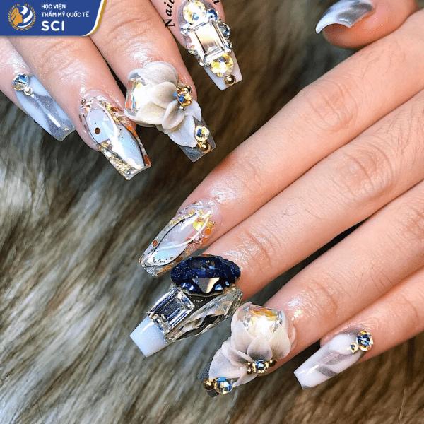 Mẫu nail cầu kỳ từ lớp sơn nền, đến cách phối hợp những viên đá khác nhau và hoa bột tạo nên một tác phẩm nghệ thuật cực kỳ đẹp mắtz - hoidapnails.com