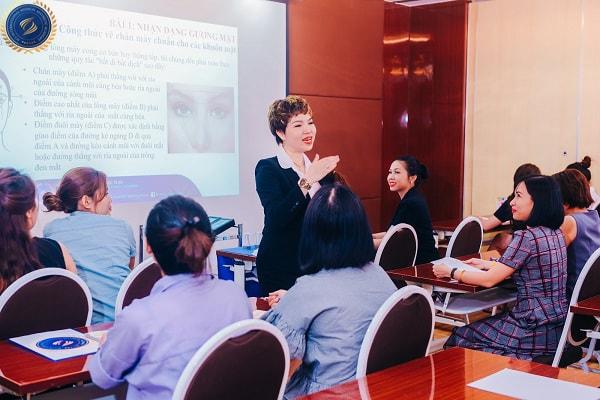 Cô Lê Công Thành giảng viên của Học viện SCI chia sẻ kinh nghiệm khi tham gia khóa học điêu khắc chân mày - hoidapnails.com