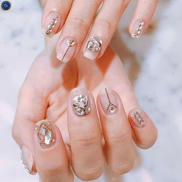 Đừng ngại thử trang trí đá cùng các sọc màu ánh kim - hoidapnails.com