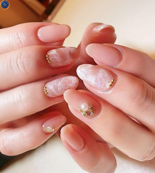 Nail màu nude kết hợp đính đá càng tăng vẻ nữ tính lên bội phần - hoidapnails.com