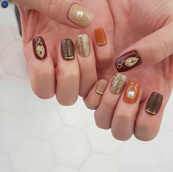 Mẫu nail gam màu trầm kết hợp đính đá - hoidapnails.com
